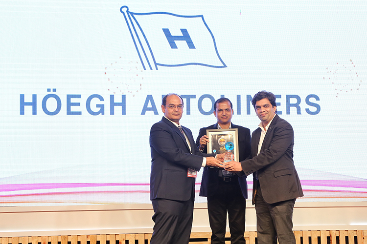 From left: Award presented by Sanjay Bhatia (Chairman - Mumbai Port Trust) and Maharana Bibhudendra ( Head - Logistics Centre of Excellence - GE India) to Capt. Aniket Patwardhan – Sales Manager, Höegh Autoliners India.