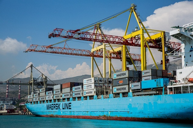 Fuel Spills from Maersk Ship during Bunkering in Hong Kong 1